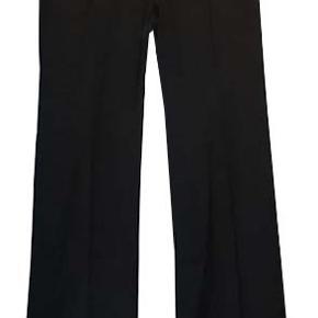 Flot ny buks fra H&M i str 46, buksen er i 65% polyester og 35% viscose. Livvidde 48 cm, livhøjde 25 cm, benlængde 83 cm.