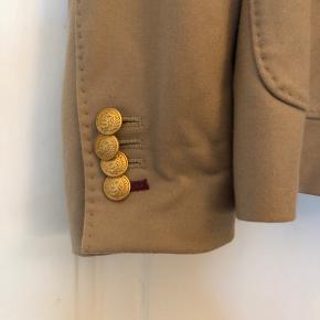 Fin blazer fra lavet af 10% cashmere og 90% uld. Kom gerne med bud
