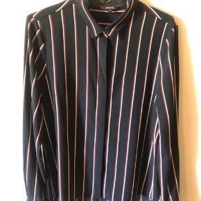 """Mørkeblå stribet skjorte fra """"Mbym""""  Købt i Message   Finde detaljer med guldknap i halsen og ved ærmet/håndleddet.   Knapper ned langs forsiden af skjorten.   Str. S"""