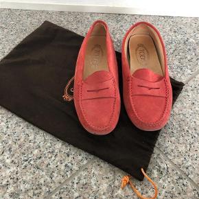 Sælger mine tods loafers da jeg ikke får dem brugt længere. Det er de bedste loafers at gå i og man får aldrig ondt i fødderne. Kvittering og dustbag haves. Kom med et bud :)  Loafers Farve: Pink Oprindelig købspris: 2750 kr.