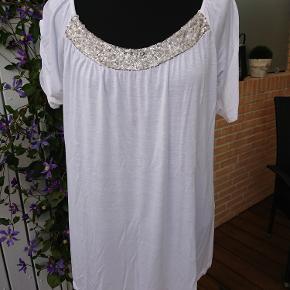 0f99abdd64a Måler 2x56cm over bryst og længden er 70cm. Polyester-viscose.