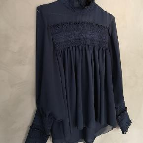 Smuk højhalset mørkeblå See By Chloe bluse. Jeg har brugt den 2 gange og den fremstår i perfekt stand - som ny.   Fransk str 40 - DK 38.   Bryst ca 53x2 cm Længde ca 61 cm