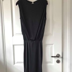 Virkelig smuk kjole i fin stretch polyester. Flotte detaljer og bar ryg. Str 2 ( s/m ) Nypris 1800.- brugt få gange.