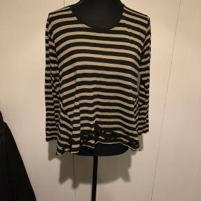 Lysebrun/sort stribet Masai bluse str s. I A-facon og elastisk materiale   Pæn stand  Køber betaler Porto.