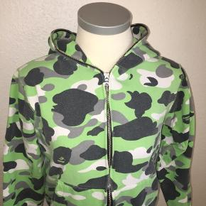 Grøn camou hoodie / hættetrøje fra bape i størrelse medium - men nærmere en small.