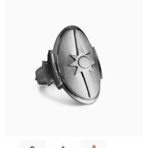 Sælger denne mega fede Shield ring fra Jane Kønig, den er helt ny og derfor i rigtig pæn stand! Ny prisen er 950kr:) byd gerne
