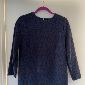 Sælger denne fine blonde bluse fra Gustav. Brugt meget lidt. Har matchende nederdel til i str 36. Er villig til at sælge som sæt hvis rette bud opnåes.