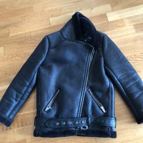 Fin skindlignende bikerjakke fra Zara sælges.  Den er meget varm og derfor en vinterjakke. Bytter ikke