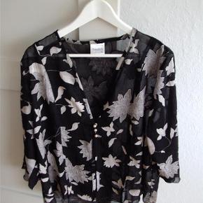 Brand: ANNESOFIE Varetype: Bluse Farve: sort mm  Velholdt bluse i 67% viscose/33 % polyester.  Har ca 3/4 lange ærmer. Lukkes foran med 3 perler.  Brystvidde ca, 116 cm Længde ca. 68-70 cm