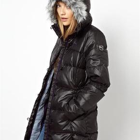 35cd7a5be52 Varetype: frakke dunjakke dunfrakke Farve: sort Oprindelig købspris: 2500  kr. JEG LUKKER