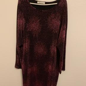 Sofie Schnoor sort kjole med pink glimmer tråde. Ballon effekt ved ærmegab. Rund hals foran og bagpå.  Længde: 103cm Brystmål: 40cm  Aldrig brugt. Vasket 1 gang og hængt i skab.