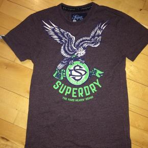 Stadigvæk fin t-shirt. Mærket er købt slidt på maven men den er også brugt en del, derfor sat som slidt. Str. Small