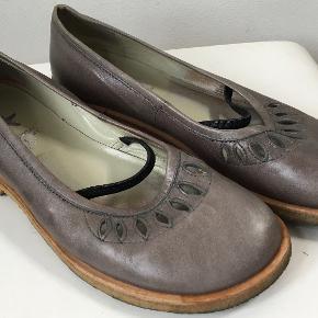 Gode sko i skind med hulmønster og lille rem :-)  Den indvendige længde er 25 cm, hælen er 2 cm høj, det bredeste sted er 8,4 cm  Bud fra kr 175 plus porto  Kan afhentes København, Østerbro  Bytter ikke