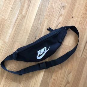 Klassisk nike bæltetaske med både baglomme og lynlåslomme indeni   Mærke: Nike  Farve: Sort  Str: Onesize  Stand: aldrig brugt