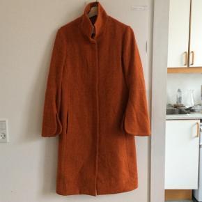 Flot orange frakke fra Patrizia Pepe. Er købt herinde af en der havde købt den på Vestiaire Collective. Der er huller i foret og lommerne, deraf prisen