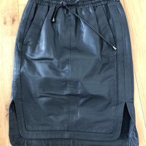 Blå nederdel med indenfor lyst som skinner igennem det blå mønster i nederdel