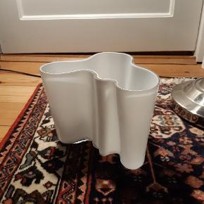 Alvar Aalto vase i mundblæst glas fra Iittala. Farve: opal hvid. H: 16 cm. Design: Alvar Aalto. Nypris 1.099 kr
