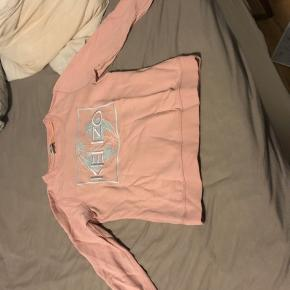 Super lækker og blød sweatshirt fra Kenzo i lyserød str. s. Desværre blevet for lille Nypris 800 kr Bytter ikke - kun til 1 nr. større
