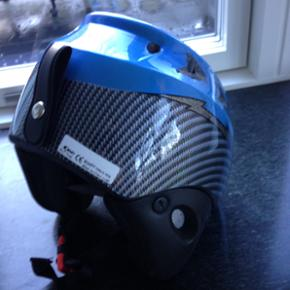Super god ski hjelm fra Rem. Str.56. Sidder godt. Passer til barn på 9-11 år. Den er kun brugt 1 gang. Som ny. Købt i Italien til 650.-