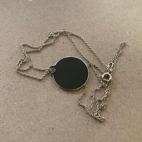 Smuk simpel 925 sølvkæde med sort rundt vedhæng (vedhæng ikke sølv!). Kan sendes med postnord til 20kr. Sælger også gerne kæde og vedhæng hver for sig. Kæden skal pudses.