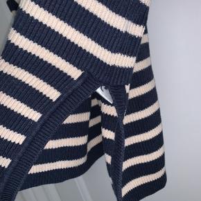 Sælger denne fine Ganni strik. Som billederne viser er den desværre gået lidt i stykker i den ene side, det er dog ikke noget man ser når trøjen kommer på. Kom endelig med bud!