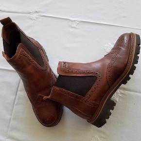 Varetype: Ankelstøvler Farve: Brun Prisen angivet er inklusiv forsendelse.  Skønne støvler i blødt skind. Slidstærk og skridsikker sål.  Brugt x 1, så de er som nye.