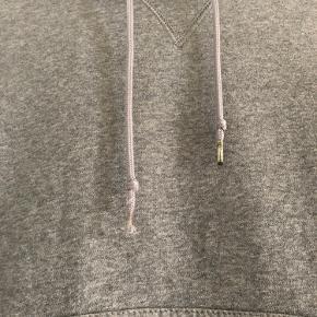 Jeg sælger denne Nike hoodie, da jeg ikke får den brugt, selvom den er super dejlig at have på. Der er faldet metaldims af den ene snor, men det betyder ingenting og prisen er selvfølgelig sat derefter. Hoodien er stor i størrelsen. Bud tages i mod med kyshånd.