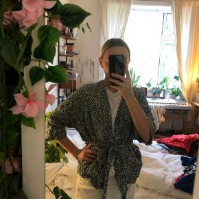 Jeg sælger min ABSOLUT yndlings lysegrønne kimono fra weekday. Den er gået meget med, men har egentlig ikke tegn på brug. Den er så hyggelig, og man kan style den på mange måder. Jeg må give slip på den, da jeg ikke får brugt den nok.💛