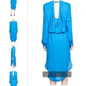 Den smukkeste blå Ulfaria kjole fra Malene Birger. Underkjole med dyb rygudskæring. Lange ærmer med knaplukning v. håndled. Knaplukning i nakken med hul i ryggen. Læg foran ned over brystet. 2 lommer i siderne.  Længde fra midt halsudskæring foran og ned : 115 cm Hoftevidde : 2 x 61 cm. Underkjolen måler 2 x 54 cm uden at strække stoffet som er super elastisk. Købt herinde - desværre ikke pæn til mig - oplyst at den har været på en enkelt gang. Er født med smalt sort bælte, som desværre ikke medfølger. Kjole - style Ulfaria Farve: Blå Oprindelig købspris: 2100 kr Sender gerne på købers regning : DAO 39,-