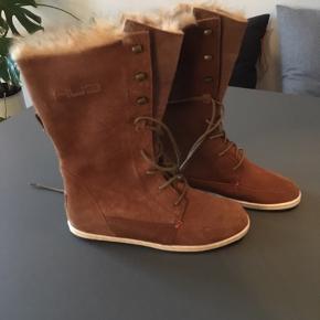 Splinternye, foret HUB støvler af skin / nubuck i en smuk brun farve.