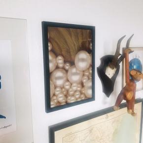 Pæn ramme uden fejl 👌🏼 der medfølger et fint billede med perler i, i guld-farver 😍 str. A4.   Bemærk - afhentes ved Harald Jensens plads eller sendes med dao. Bytter ikke 🌸  💫 Ramme billede billedvæg billed billedevæg kunst ophæng sort guld