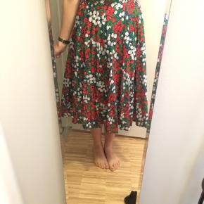 Skøn farverig Vintage nederdel. Ikke brugt særlig meget - så fremstår ny selvom den er vintage. 100% polyester