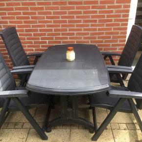Bord inkl. 4 stk. 5 positionsstole.  Møblerne er meget lidt brugt.  Farven er tæt på sort.  De har stået ude siden forår, så trænger til en gang sæbevand 😊