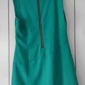 Pæn lækker kjole i grøn fra chA chA Med slids fortil og underkjole