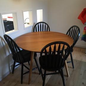 Fire gamle krostole som trænger til en kærlig hånd. Stolene er solide men trænger til ny maling. 400 kr for alle eller kom med et bud!
