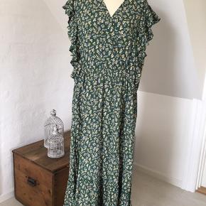 Super smuk maxi kjole / Maxikjole i skøn grøn farve med gule og cremefarvede blomster.  Elastik i livet, hele vejen rundt.  Falder tungt og flot.  100 % Viskose Det er en rummelig str. XL Nypris 600kr
