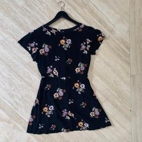 Jeg ville gerne sælge den her søde Abercrombie & Fitch kjole. Den er brugt en del men er der overhoved ikke tydelige tegn på.