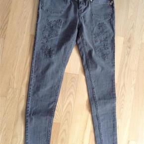 Varetype: Jeans Størrelse: 26 Farve: Armygrøn Prisen angivet er inklusiv forsendelse.  Super fede jeans fra Plus Fine i Armygrøn, med nogle fede detaljer   97% cotton 3% spandex  Livvidde 74 cm Længde 93 cm