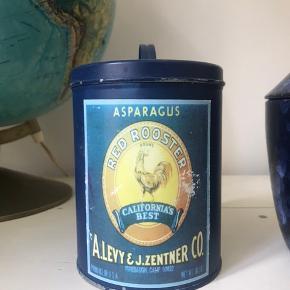 ✨🦋 Skøn blå opbevarings blik dåse med låg. Kan bruges til diverse i køkkenet. Fejler ingenting, blot med patina som er en del af looket :)  Vintage - retro stil   🌍 Afhentes på Nørrebro  💌 Kan sendes for 36 kr med DAO