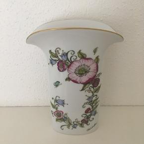 """Smuk vase fra Hutchenruether designet af Ole Winther  sælges.Højde 23,5 cm - vasen er er """"flad"""" og bunden måler 5 x 10,5 cm. Pris 150  kr.🌸 Obs. Gratis fragt i efterårsferien ved køb via TS🌸"""