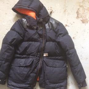 Dun jakke fra Carhartts heritage linje  Der er læder på skulderene  Str m