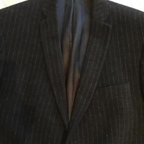 Varetype: Blazerjakke Farve: Sort velour Prisen angivet er inklusiv forsendelse.  Denne flotte blazerjakke ned lys Strib er super flot samme med jeans. Den er velour og flot for med lilla inden i jakken. Sen er nok brugt 10 gange og ligger mellem næsten som ny og god men brugt. Der er ingen synlige brugsspor. Byd