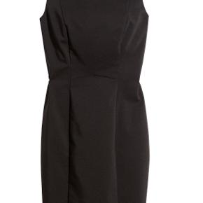 H&M kjole str 34. Knappen bagpå er gået op, kan syes på. Prisen er sat herefter.