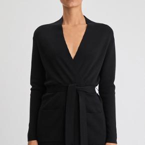 """Smuk cardigan i 100% uld fra Filippa K. En del af deres """"core collection"""" (basis kollektion, som ikke kommer på udsalg). Den er helt ny og stadig med mærke. Får den desværre ikke på. Nypris er 2300. Mp 1000."""