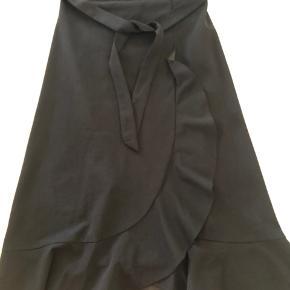 Fin nederdel aldrig brugt, blot prøvet og gemt væk.