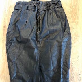 Sort læder look nederdel. Aldrig brugt 😊