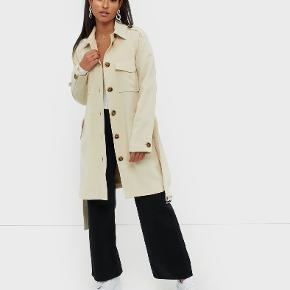 Sælger denne fine trenchcoat fra Selected femme. En smule stor i størrelse - en S kan også sagtens passe den. Aldrig brugt.