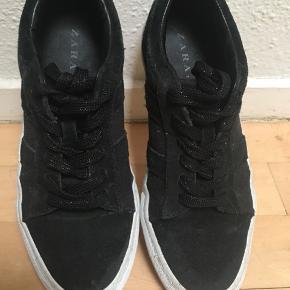 Super elegante unikke sneakers str.37 sælges. Mønster sort, blå og grå🦋se også mine andre spændende annoncer 🌸 Obs. I uge 42 er der gratis Porto ved køb for min. 100 kr via TS☀️