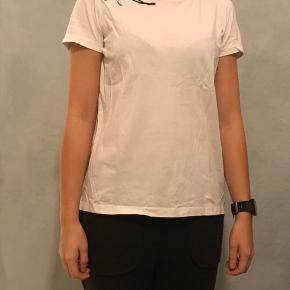Jeg sælger denne fine t shirt med blomster mønstre ved højre skuldre. Brugt få gange.  Str.: s