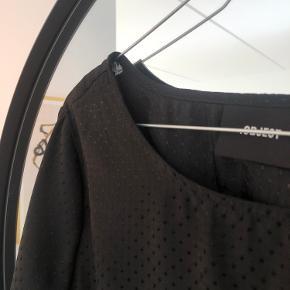 Vaskemærker er klippet af, da det sad lige ved lynlåsen i højre side. Lynlåsen gør at man får en super fin figur.